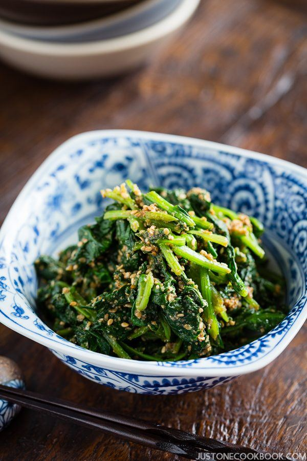 Spinach Gomaae, Japanese Spinach Salad with Sesame Dressing in a small dish.