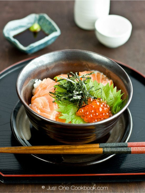 Salmon and Ikura donburi on a tray.