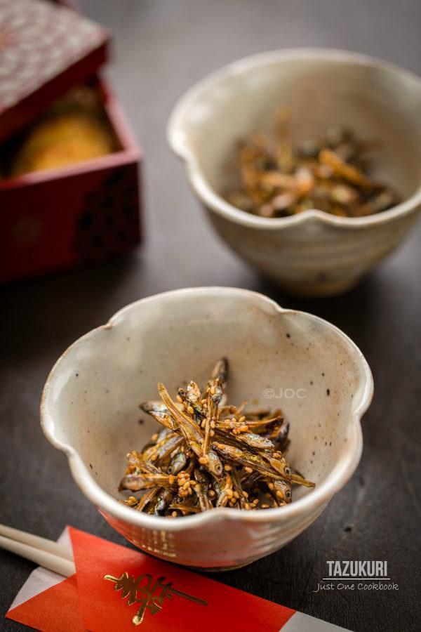 Tazukuri, Candied Sardine in bowls.
