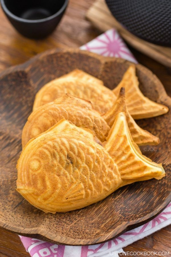 Taiyaki on a wooden plate.
