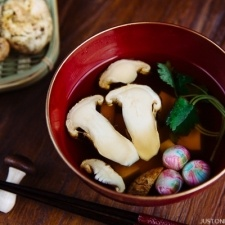 Matsutake Clear Soup 松茸のお吸い物 | Easy Japanese Recipes at JustOneCookbook.com