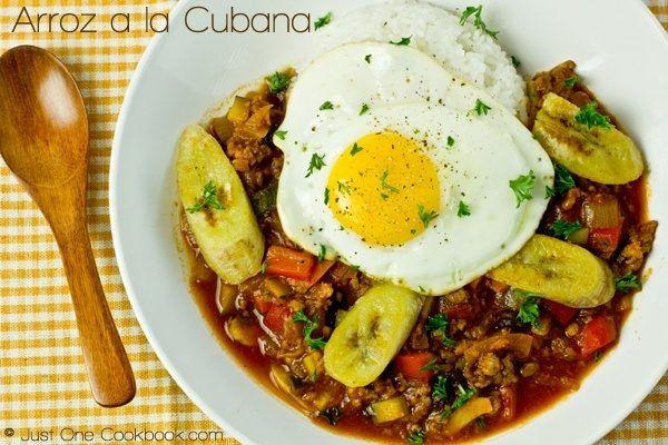 Arroz a la Cubana with white rice on a plate.