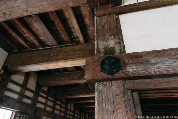 vertical wood beam in himeji castle