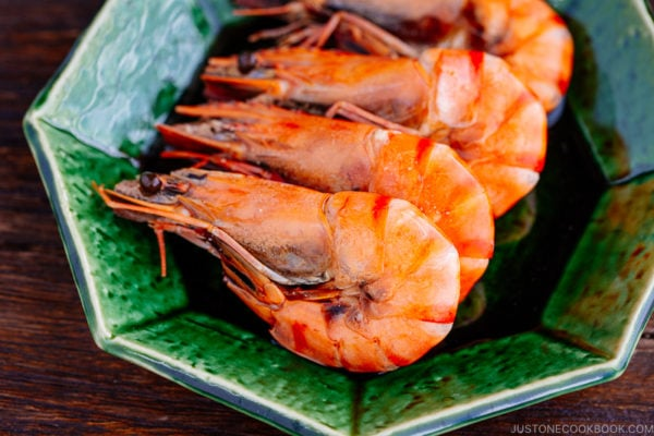 Simmered shrimp on the green plate.