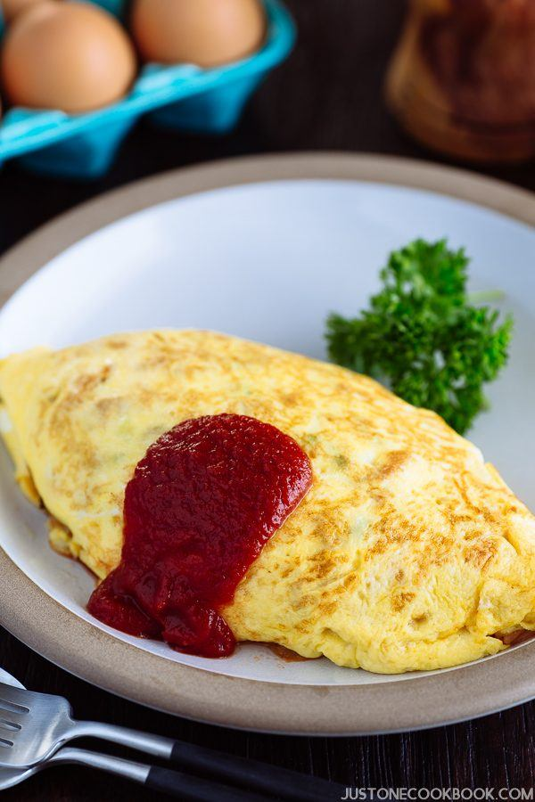 Omurice on the white plate.