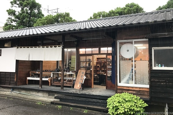outside of とうき pottery shop - Yufuin Travel Guide | justonecookbook.com