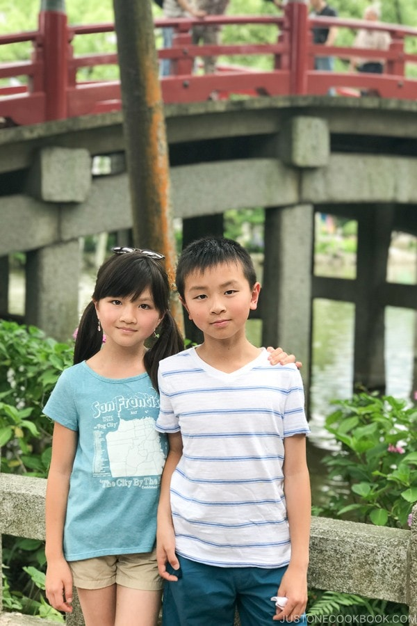 children in front of Taiko Bridge Dazaifutenmangu - Fukuoka Travel Guide | justonecookbook.com