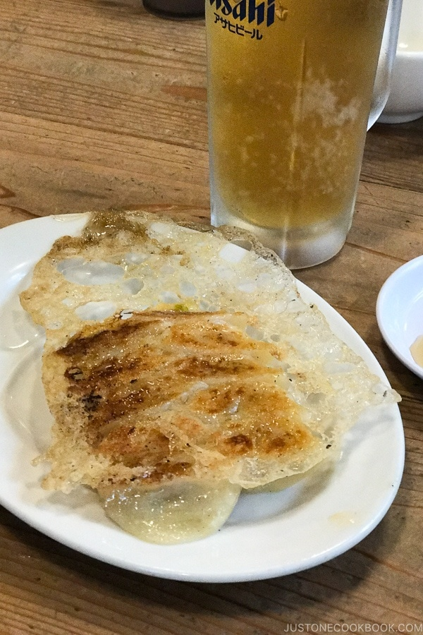 gyoza and beer at Hakata Daruma - Fukuoka Travel Guide | justonecookbook.com