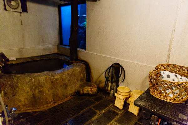 guest room bath at Shinmei-kan 山の宿 新明館 Kurokawa Onsen Travel Guide | justonecookbook.com
