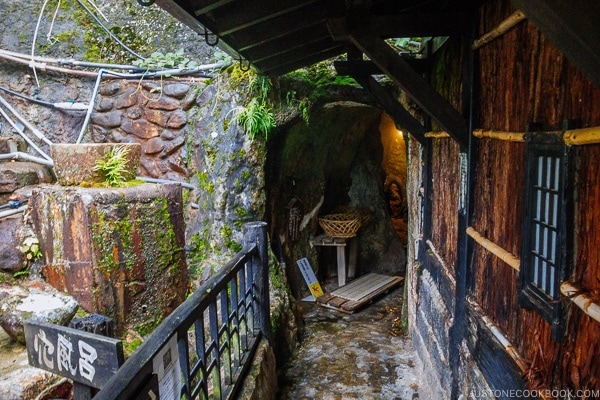 cave hot springs Shinmei-kan 山の宿 新明館 Kurokawa Onsen Travel Guide | justonecookbook.com