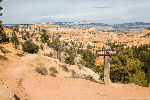 horse trail sign near North Campground General Store - Bryce Canyon National Park Travel Guide | justonecookbook.com