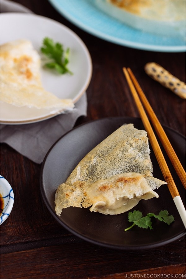 Gyoza with Wings called Hanetsuki Gyoza (#羽根つき餃子) is a Japanese dumpling with flavorful and juicy filling and fried to crispy perfection!