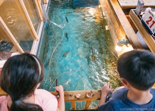 Just One Cookbook children fishing at at Zauo Shinjuku ざうお新宿店 - Shinjuku Travel Guide | justonecookbook.com