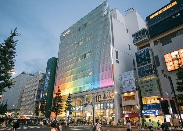 Shinjuku at night - Shinjuku Travel Guide | justonecookbook.com
