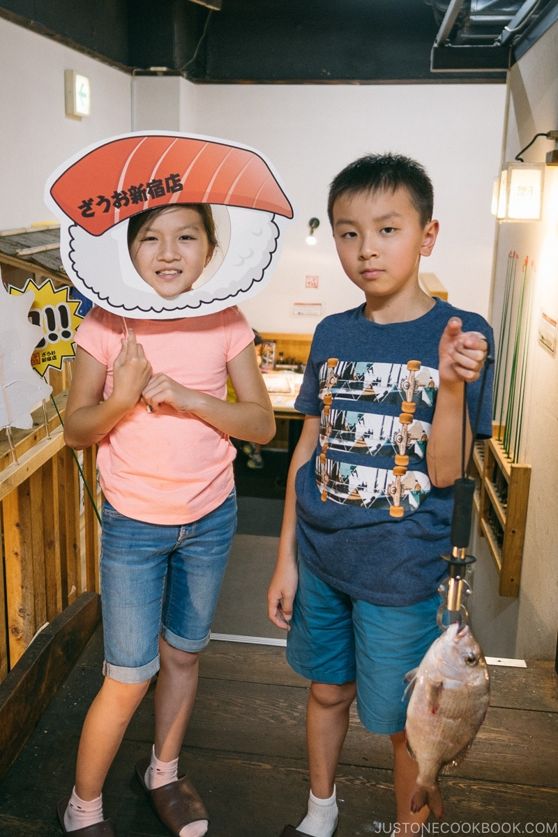 children with fish at Zauo Shinjuku ざうお新宿店 - Shinjuku Travel Guide | justonecookbook.com