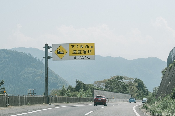 downward slope warning freeway sign - Guide to Driving in Japan | www.justonecookbook.com