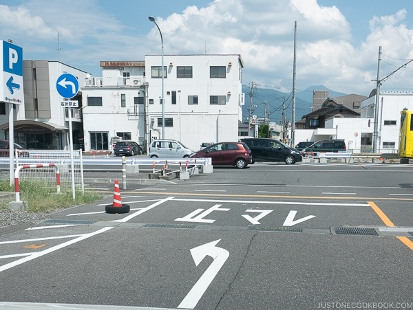 street marking to stop and stop line - Guide to Driving in Japan | www.justonecookbook.com