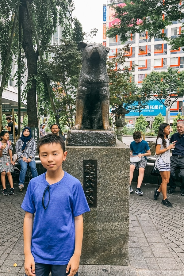Just One Cookbook child in front of hachiko statue - Tokyo Shibuya Travel Guide | www.justonecookbook.com