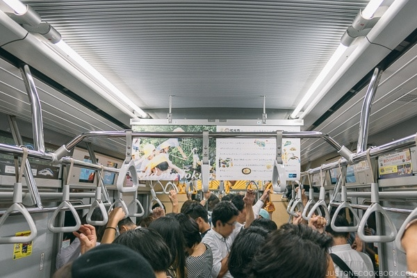 crowded ride on subway in Tokyo - Tokyo Roppongi Travel Guide | www.justonecookbook.com