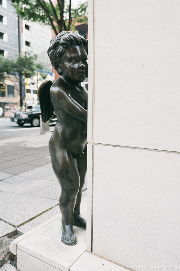 cupid statue in front of Tenshodo Ginza - Tokyo Ginza Travel Guide | www.justonecookbook.com