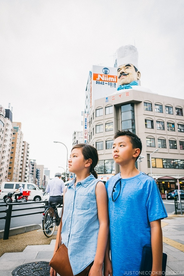 children in front of Niimi kitchenware store - Tokyo Kappabashi Guide | www.justonecookbook.com