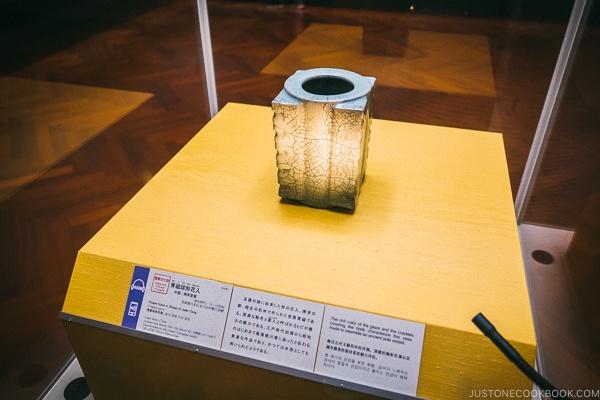 antique vase - Tokyo National Museum Guide | www.justonecookbook.com