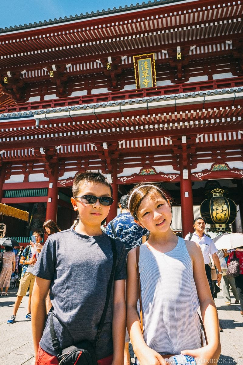 children in front of Hōzōmon gate - Tokyo Asakusa Travel Guide | www.justonecookbook.com