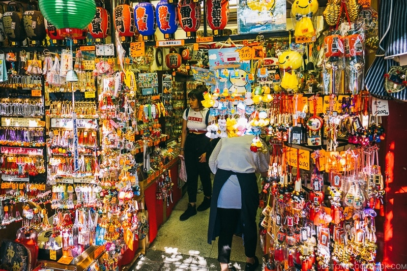 vendors selling souvenir on Nakamise Dori - Tokyo Asakusa Travel Guide | www.justonecookbook.com