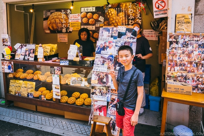 child in front of popular melon pan shop - Tokyo Asakusa Travel Guide | www.justonecookbook.com