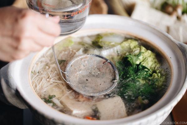 Occasionally skim the scum and foam in the shabu shabu hot pot.