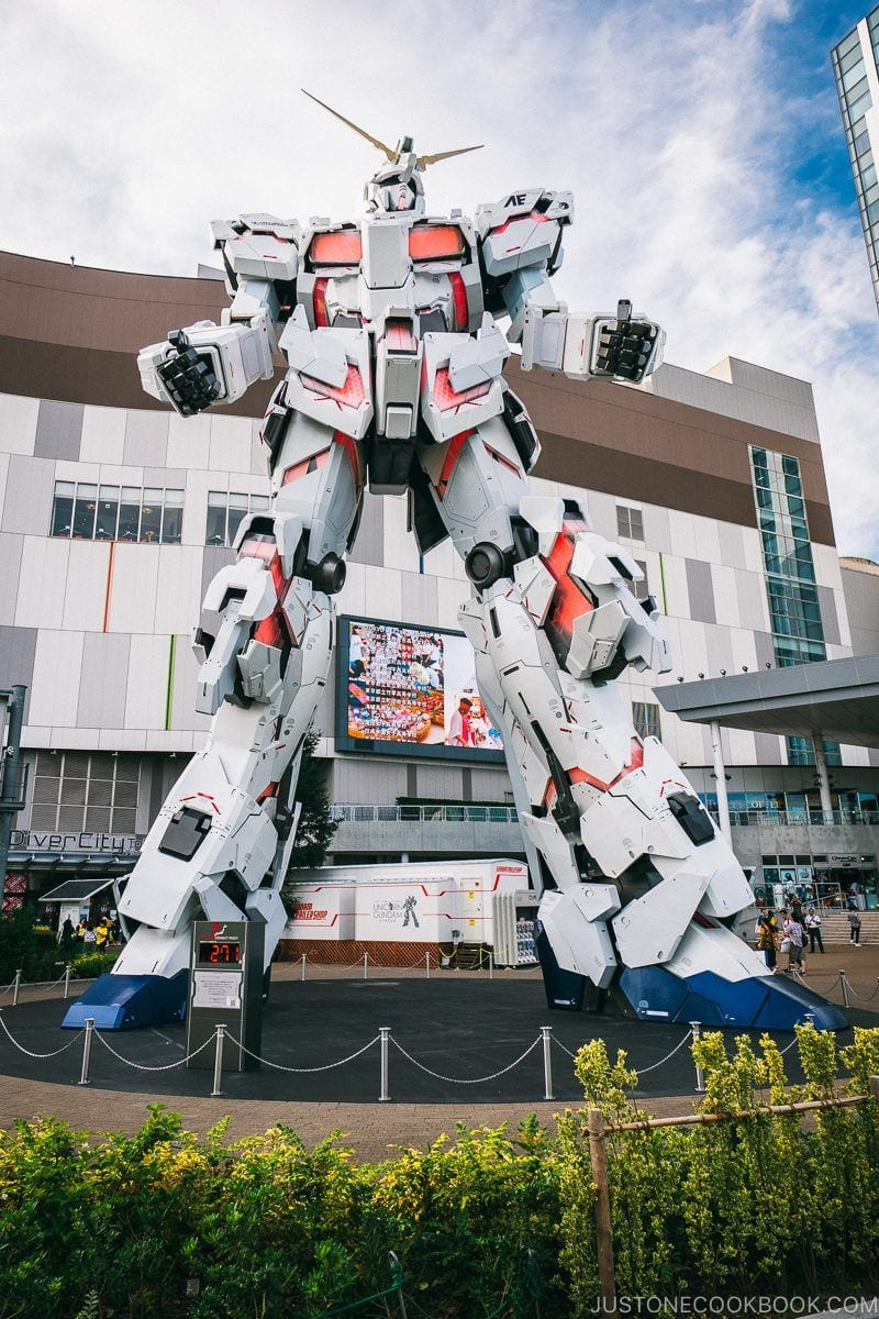 The Life-Sized Unicorn Gundam Statue - Tokyo Odaiba Travel Guide | www.justonecookbook.com