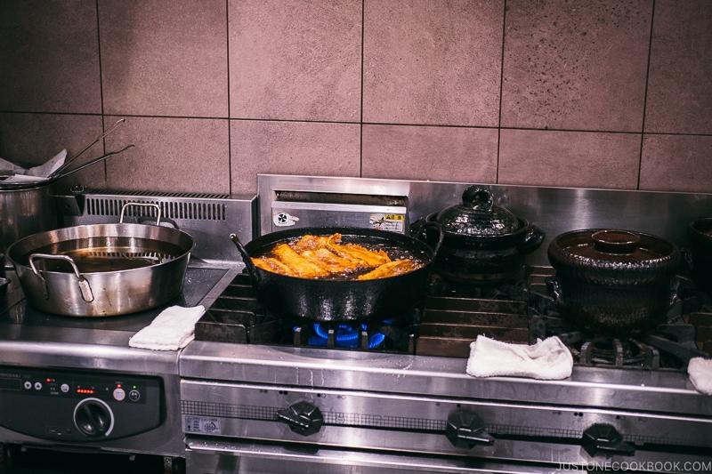 conger eel being deep fried - Restaurant Den Tokyo | www.justonecookbook.com