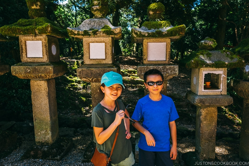 children next to lanterns | Nara Guide: Kasuga-taisha | www.justonecookbook.com