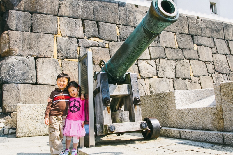 children standing next to cannon - Osaka Guide: Osaka Castle| www.justonecookbook.com