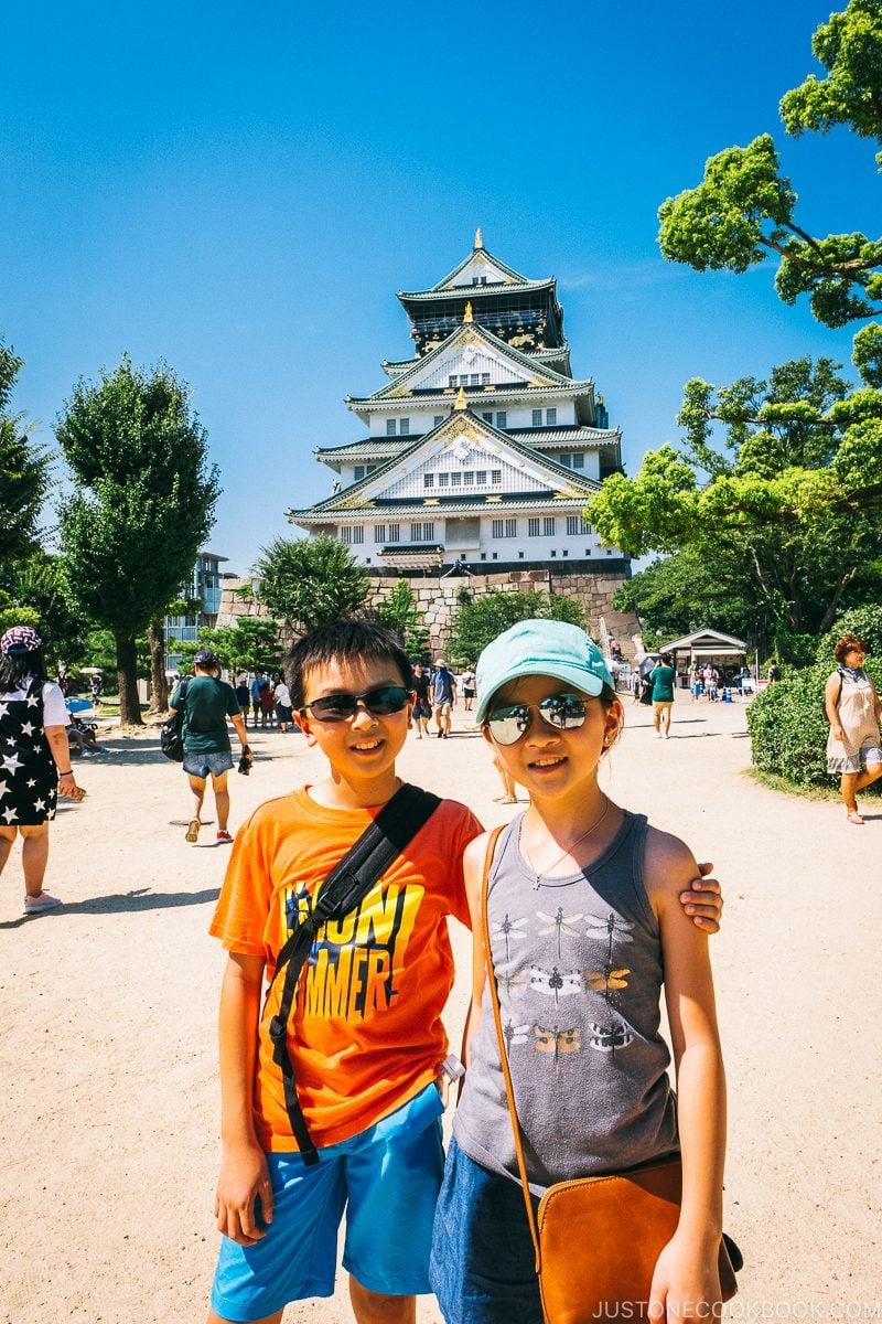 children in front of Osaka Castle - Osaka Guide: Osaka Castle| www.justonecookbook.com