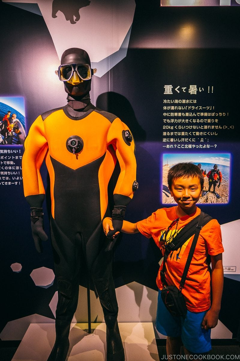 child standing next to diver's suit in Kaiyukan - Osaka Guide: Tempozan Harbor Village | www.justonecookbook.com