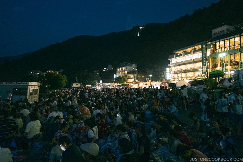 crowd waiting at Lake Kawaguchi Fireworks Festival - Japan's Fireworks - Hanabi | www.justonecookbook.com
