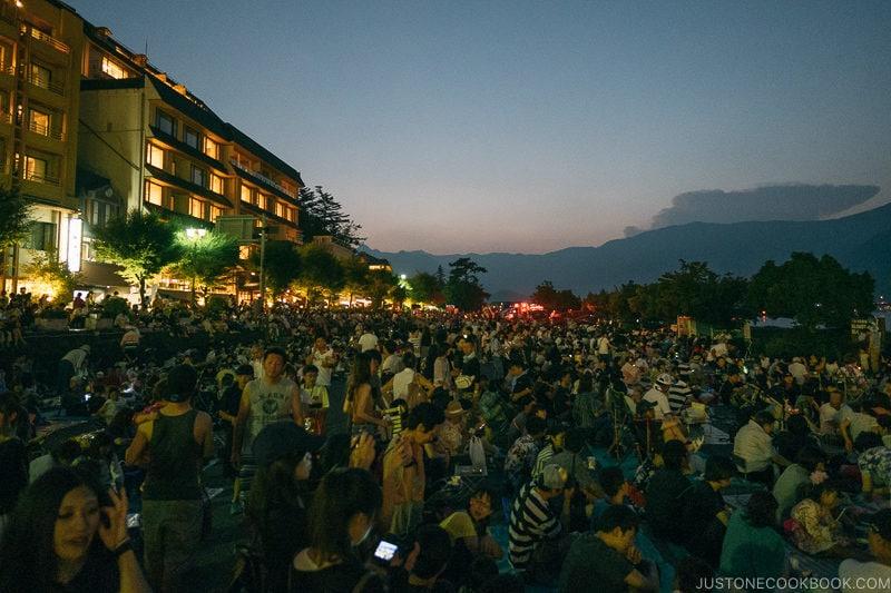 crowd waiting for Lake Kawaguchi Fireworks Festival - Japan's Fireworks - Hanabi | www.justonecookbook.com