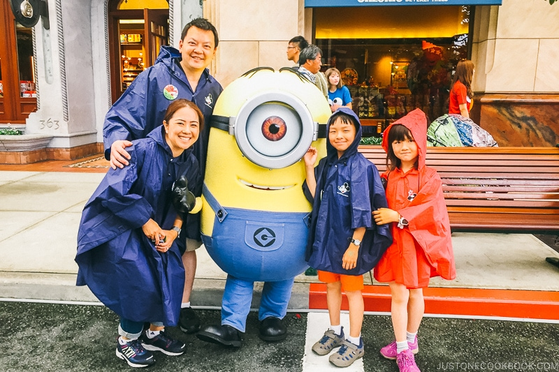 family posing with a minion - Osaka Guide: Universal Studios Japan | www.justonecookbook.com