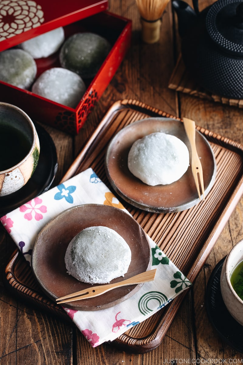 Green tea mochi on bizen plate and some mochi are in the Japanese box.