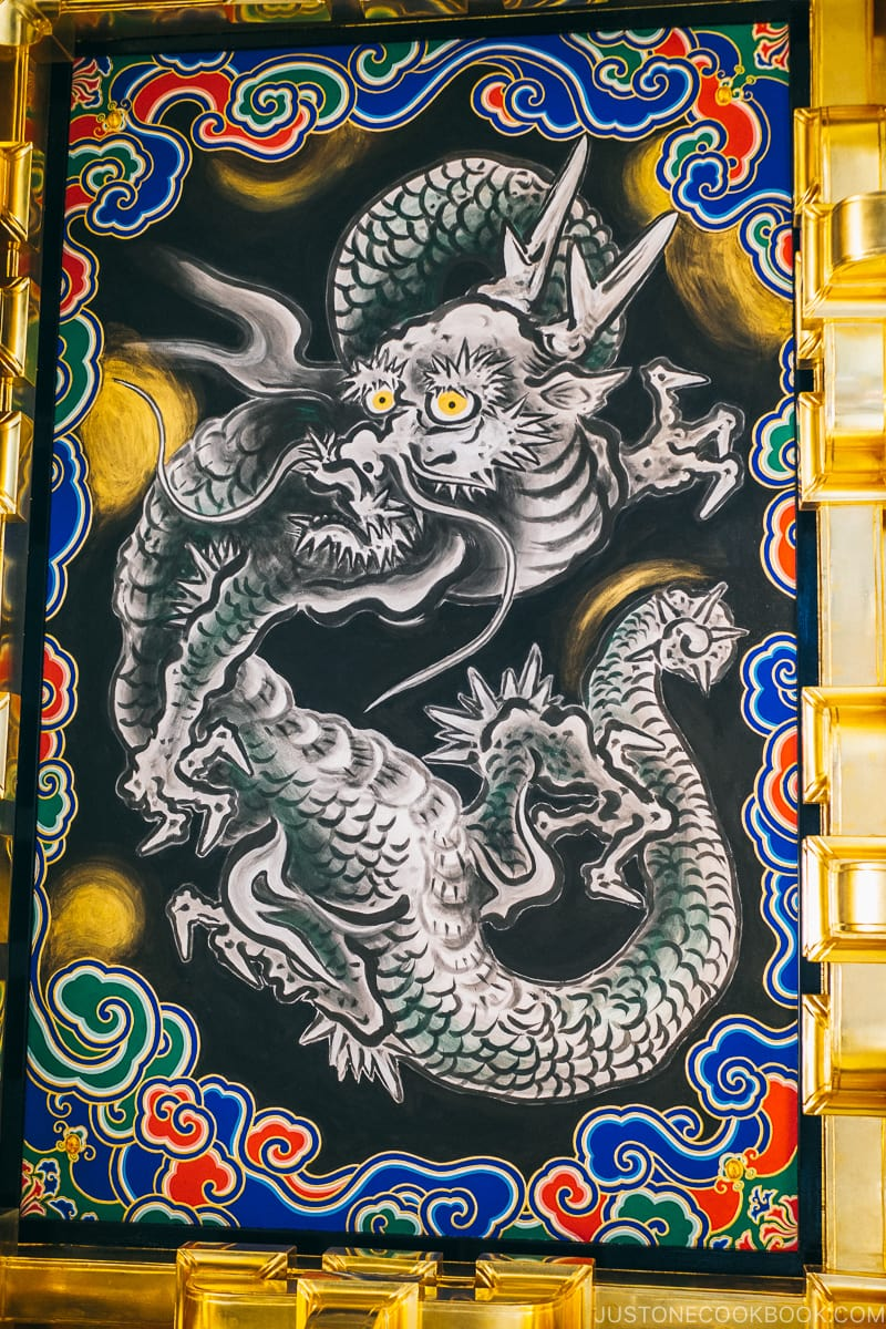 painting of dragon under Yomeimon Gate - Nikko Travel Guide : Nikko Toshogu Shrine | www.justonecookbook.com