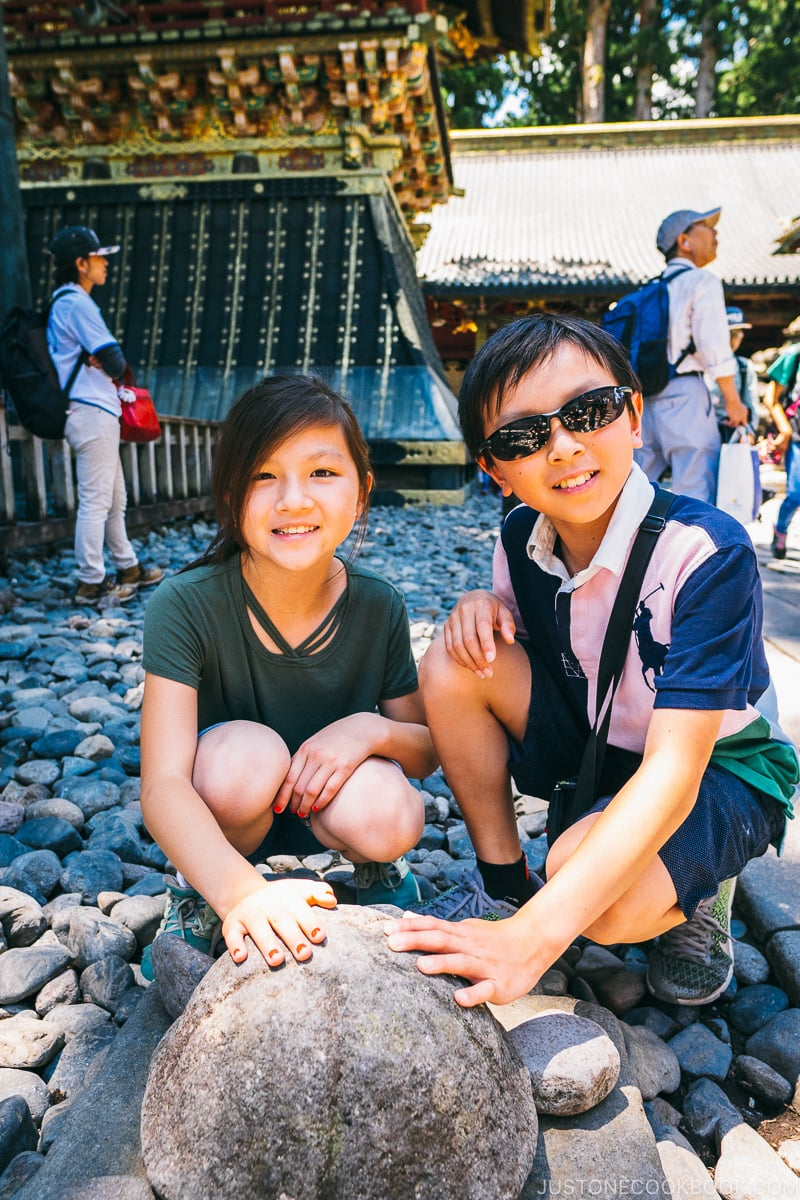 children in front of turtle shaped rock - Nikko Travel Guide : Nikko Toshogu Shrine | www.justonecookbook.com