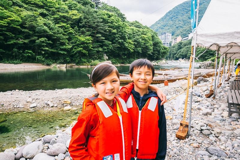 children at Kinugawa River boat ride - Nikko Travel Guide : Kinugawa Onsen | www.justonecookbook.com