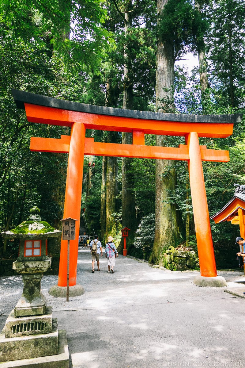torii gate in front of Hakone Shrine - Hakone Lake Ashi Guide | www.justonecookbook.com