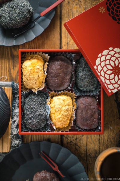 A lacquer box containing Ohagi (Botamochi) and some of them are served on a black plate.