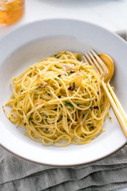 A white ceramic containing shiso garlic pasta.