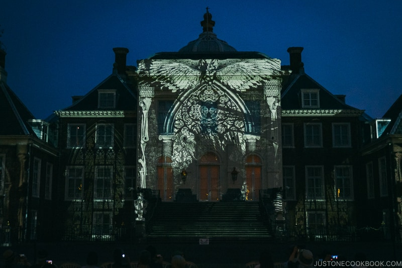 Palace Huis Ten Bosch at night with projection on building