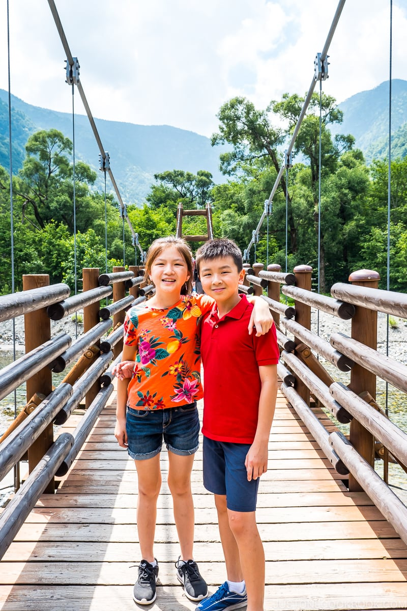 two children on Myojin Bridge