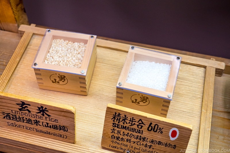 rice inside two wood containers one unpolished and one polished to 60%