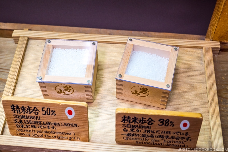 rice inside two wood containers one polished to 50% and the other one 38%